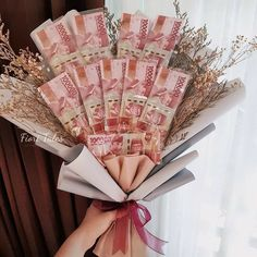 Money Bouquet, Gift Bouquet, Hand Bouquet, Creative Gift Wrapping, Creative Gifts, Diy Arts And Crafts, Craft Stick Crafts, Grad Party Favors, Chocolate Flowers Bouquet
