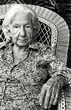 Cora Coralina- Ana Lins dos Guimarães Peixoto Bretas (1889—1985) era uma mulher simples, doceira de profissão, tendo vivido longe dos grandes centros urbanos, alheia a modismos literários, produziu uma obra poética rica em motivos do cotidiano do interior brasileiro, em particular, dos becos e ruas históricas de Goiás.
