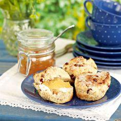 Servera gärna scones med färskost och marmelad.