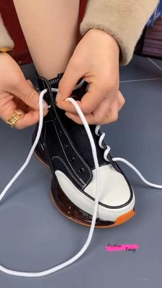 Diy Clothes Life Hacks, Diy Clothes And Shoes, Clothing Hacks, Ways To Lace Shoes, How To Tie Shoes, Ways To Tie Shoelaces, Mode Converse, Green Converse, Diy Fashion Hacks