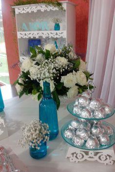 O encanto das gipsofilas nas garrafinhas azul deu um toque todo especial a essa decoração provençal, Com leveza de cores e delicadeza nos ...