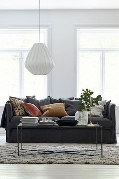 Snygg mörkgrå soffa från ELLOS Condo Decorating, Simple Living Room, Interior Exterior, Living Room Interior, Interior Design Inspiration, Couch, Decoration, Living Spaces, Furniture