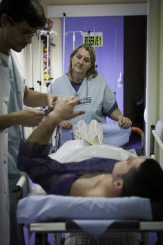 """Une aide-soignante et un infirmier préparent un patient avant une intervention en urgence pour un ulcère perforé, le 7 novembre (Julie Balagué pour """"Le Monde"""")."""
