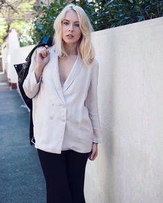 Casual blazer because we don't care about the rain!  Loading..  www.merakigirls.ro #leatherjacket #blogger #streetstyle #merakigirls #fashion #blazer #flaredpants #style #workoutfit #outfitoftheday  Foto: @livdarts