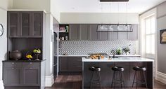 The glazed porcelain tiles add a bit of classy-chic to this otherwise simple kitchen Smart Kitchen, Family Kitchen, Old Kitchen, Kitchen Ideas, Built In Furniture, Art Deco Home, Home Decor Inspiration, Decoration, Decorating Your Home