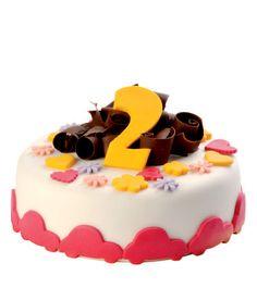 Dětský dort č.1 Dětský dort obalovaný fondánem, dozdobený hoblinkami z čokolády, fondánovými vykrajovátky a číslicí.