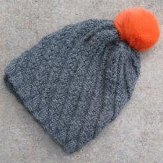 Kit bonnet alpaga torsadé ardoise à découvrir sur le site www.sweetalpaga.com. Notre kit comprend la laine baby alpaga et la fiche tricot. Possibilité de commander le pompon en fourrure dans différents coloris.