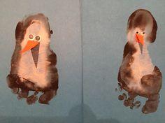 Voet-pinguin van verf. Wiebeloogjes en een snaveltje.