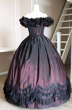 Abito vittoriano da Ballo su silhouette del 1860. Labito è realizzato in Taffetà color bordeaux , 3 tipi di pizzo nero e rifinito con nastro nero.