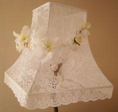 Abat-jour pagode carré en dentelle blanche et ses fleurs assortis pour un intérieur shabby chic Shabby lampshade with lace and flowers