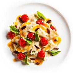 Chery domates, fesleğen yaprakları ve çam fıstığı ile süslenmiş ve üzerine Laleli organik zeytinyağı dökülen İtalyan makarnasına doyum olmaz.  İtalyan makarnasının farklı çeşitleri için www.nefisgurme.com'u ziyaret ederek sipariş verebilirsiniz.   #nefisgurme #nefis #nefistarifler #leziz #lezzet #lezizsunumlar #gurme #gurmelezzetler #istanbuldayasam #istanbulbloggers #unlusef #blogger #yemek #food #foodgasm #foodporn #foodstagram #bonapetit #olivoil #italianfood #pasta #basilico…
