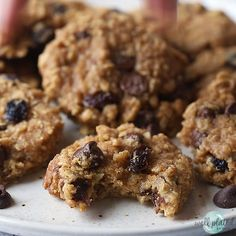 Clean eating Healthy Oatmeal Cookies with applesauce, honey, chocolate, and raisins. NO SUGAR, low - Health interests Healthy Sweet Snacks, Healthy Cookie Recipes, Healthy Sweets, Healthy Baking, Baby Food Recipes, Baking Recipes, Dessert Recipes, Eating Healthy, Potato Recipes