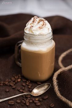 Delicious summer drink: frappé with coffee and vanilla and lots of whipped cream on top. (in German) Kaffee To Go, Coffee To Water Ratio, Coffee Franchise, Frappe, Chocolate Coffee, Summer Drinks, Whipped Cream, Cocktail Recipes, Smoothies
