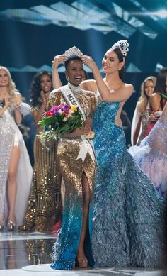 Miss Universe 2019 At the conclusion of the 2019 Miss Universe pageant, Zozibini Tunzi of South Africa was crowned the winner by Catriona Gray. The annual Miss Universe pageant was held at the Tyler Perry Studios in Atlanta, Georgia. Pageant Crowns, Pageant Girls, Miss Universe Swimsuit, Miss Universe Dresses, Miss Mundo, Anastasia, Lab, Beauty Pageant, Grey Fashion