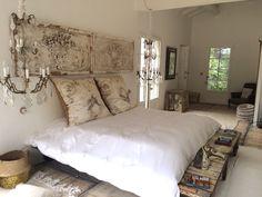 L'escandiade : maison de designer à louer dans le Vaucluse nichée au coeur d'un immense parc méditerranéen Immense, Designer, Bed, Furniture, Home Decor, Park, Homes, Decoration Home, Stream Bed