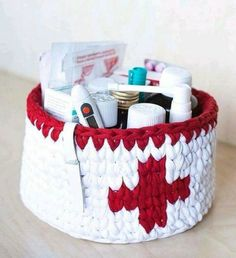 Crochet drugs storage basket made of zpagetti (t-shirt, trapillo) chunky yarn. Crochet Home, Crochet Gifts, Crochet Yarn, Crochet Basket Pattern, Knit Basket, Crochet Motifs, Crochet Patterns, Cotton Cord, Crochet Storage