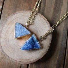 Collana triangolo Druzy blu pervinca / naturale tinto colore pastello luminoso / naturale pietra gemma Druzy Druzy triangolo geometrico (NPG33-BL)