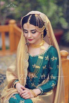 bridal jewelry for the radiant bride Hijab Wedding Dresses, Bridal Outfits, Hijab Bride, Nikkah Dress, Shadi Dresses, Bridal Hijab, Bridal Looks, Bridal Style, Punjabi Traditional Jewellery