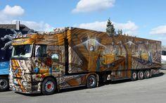 På billedet her ses lastbilen 'Goldrausch' (på dansk 'Guldfeber'), som kører for tyske Schumacher Transporte  By Mercedes-Benz Trucks Danmark