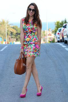 Hoy he combinado este vestido floral de mil colores junto con cardigan y salones en fucsia y he añadido mi bolso camel preferido que ya lo habeis visto varias veces en el blog. Espero que os guste ...