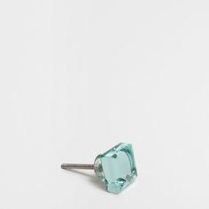 Dispone de un tornillo pasante con tuerca.<br> Dimensiones aproximadas del tornillo: 4cm/1.5 in de largo y 4mm/0.15 in de diámetro.<br>Medida aproximada del pomo: 3 x 3 x 2,5 cm