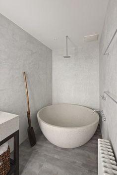 Een rond bad met douche