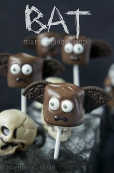 {Full picture tutorial included, plus other Halloween inspired marshmallow pops}Bat Marshmallow Pop! {Full picture tutorial included, plus other Halloween inspired marshmallow pops} Halloween Cake Pops, Halloween Desserts, Comida De Halloween Ideas, Pasteles Halloween, Recetas Halloween, Halloween Party Treats, Theme Halloween, Hallowen Food, Halloween Baking