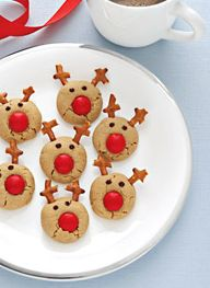 Candy coated chocolate, pretzels, and chocolate chips turn these peanut butter cookies into Santa's reindeer. Kids love them!I would use sugar cookies instead of peanut butter Christmas Sweets, Christmas Cooking, Noel Christmas, Christmas Goodies, Reindeer Christmas, Reindeer Food, Christmas Parties, Christmas Gingerbread, Christmas Countdown