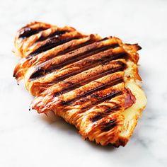 Nyttigt, nej, men ack så lyxigt, frasigt och härligt! Alltså att fylla en croissant med senap, skinka och ost och sedan grilla i en smörgåsgrill. Lika franskt som Croque Monsieur, men med en modernare twist. Bjud med en grönsallad och brunchen är räddad!