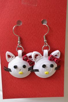 Hello Kitty Earrings with Paper Quilling Quilling Keychains, Paper Quilling Earrings, Neli Quilling, Quilling Patterns, Quilling Designs, Quilling Ideas, Quilling Butterfly, 3d Paper Flowers, Hello Kitty Jewelry