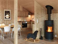 Utsikt fra stue mot skreddersydd kjøkkenløsning i bjørk