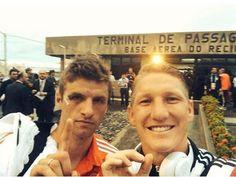 """Pin for Later: """"Sag' Cheese!"""" Die besten Selfies der Stars Thomas Müller und Bastian Schweinsteiger Quelle: Facebook Thomas Müller"""