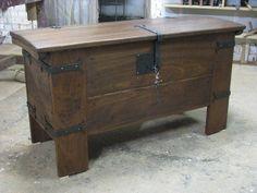 Arca de madera de sapelli y forja. Es un trabajo hecho por mí de manera artesanal.