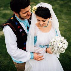 Nunta dupa traditie romaneasca | Datini si obiceiuri in Romania Traditional Wedding Dresses, Traditional Outfits, Romanian Wedding, Elegant Wedding, Dream Wedding, City People, Wedding Photos, Wedding Ideas, Culture
