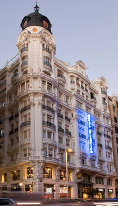 Spanish architecture, like other European architectures, is very influenced by the arts and the rich history and past. Neoclassical Architecture, Hotel Architecture, Spanish Architecture, Vintage Architecture, Classic Architecture, Architecture Details, Classic House Exterior, House Outside Design, Foto Madrid