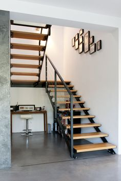 Want floating stairs like this on interior. Staircase Design Modern, Rustic Staircase, Stair Railing Design, Home Stairs Design, Floating Staircase, Interior Stairs, Interior Design Living Room, Staircase Diy, Single Floor House Design
