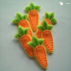 Handmade Carrot Felt Applique – for a rabbit - Haarschmuck Felt Diy, Felt Crafts, Fabric Crafts, Sewing Crafts, Diy And Crafts, Sewing Projects, Sewing Toys, Felt Fruit, Felt Food