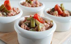Huzarensalade; leuk om weer eens zelf te maken voor tijdens een barbecue of gourmet! Lees het recept via de bron!