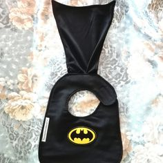 Batman baby bib with mantle Baby Sewing Projects, Sewing For Kids, Baby & Toddler Clothing, Toddler Toys, Baby Accessories, Baby Bibs, Baby Boy Shower, Baby Items, Superman