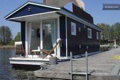 Ein Hausboot am Steg. Auch das gibt es hier in der Müritzer Region!