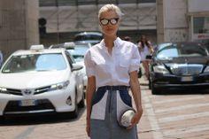 Streetstyle in Milaan: wit overhemd met patchwork denim rok