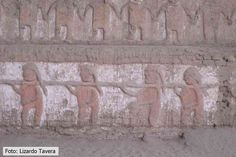 52/ PÉRIODE INTER. ANCIENNE / MOCHE. Huaca de la Luna. Sur la partie basse on voit des guerriers triomphants avec des prisonniers, représentés souvent comme dans l'art Mochica nus et de profil