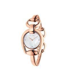 Reloj Horsebit de Gucci, con caja y brazalete de PVD oro rosa, esfera de nácar con 3 diamantes engastados