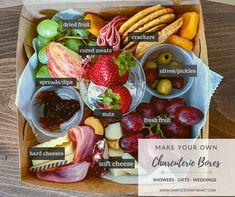Charcuterie Lunch, Charcuterie Plate, Charcuterie Recipes, Charcuterie And Cheese Board, Cheese Boards, Party Food Platters, Cheese Platters, Party Food Boxes, Comidas Light