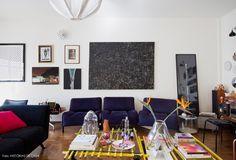 Sala de estar com decoração eclética e peças de design desenhadas pela moradora, a designer Carol Gay.