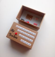 Πρωτότυπη Ευχετήρια Κάρτα σε Κουτί σε σχήμα Σπιρτόκουτου !! Η διάστασή του είναι 8.9 x 14.4 x 5.7cm  Πες απλά ένα ευχαριστώ , πες ένα hello !! Όμορφο δωράκι για την καθηγήτρια αγγλικών ή την δασκάλα !  Μπορείς να προσθέσεις το μήνυμά σου ή ένα μικρό γράμμα με όλα αυτά που έχεις να της πεις! My Teacher, You And I, Container, Box, Cards, You And Me, Snare Drum, Maps, Playing Cards