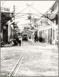 Alkmaar, Scharloo met de Bergerbus en oude tramrails. Rond 1900.