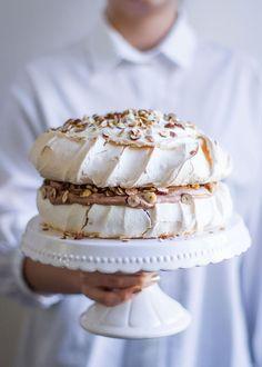 Haselnuss Schokoladen Pavlova I nom-nom. Low Calorie Desserts, Just Desserts, Sweet Recipes, Cake Recipes, Tajin Recipes, Meringue Pavlova, Culinary Chef, Thin Mint Cookies, Australian Food
