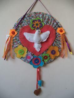 Divino Espírito Santo em tecido de chita e feltro com 25cm de diâmetro