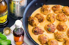En mustig currygryta slår det mesta! Testa något nytt och byt ut de klassiska filébitarna och rulla istället egna kycklingköttbullar med god, röd currysås med kokosmjölk till!